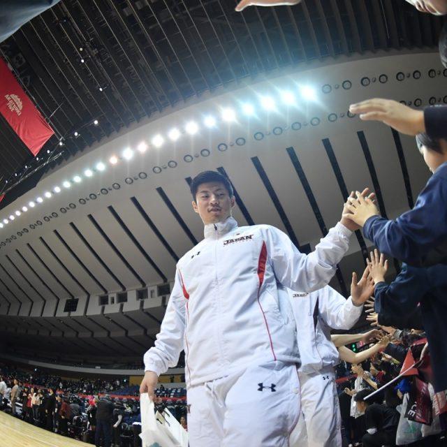試合後はコート一周ハイタッチをする#30 安藤 誓哉選手(秋田ノーザンハピネッツ)