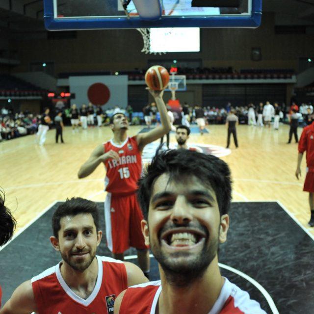 カメラを向けると陽気なイラン代表チーム