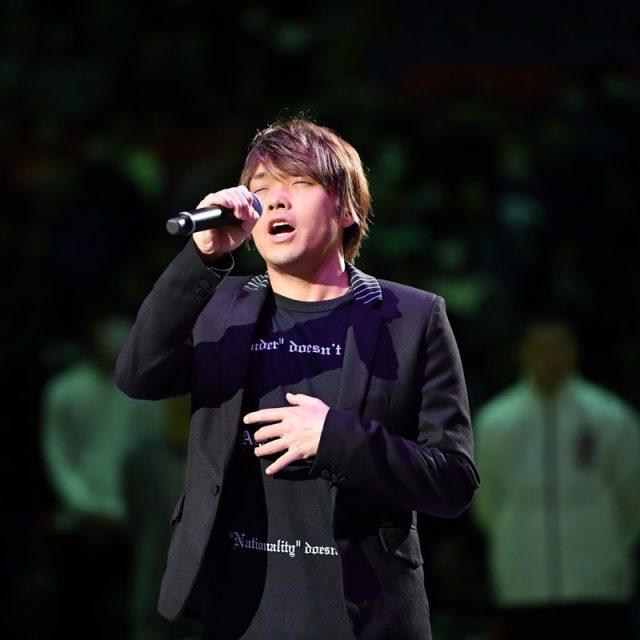 国歌独唱は札幌出身アーティストの佐藤 広大さん